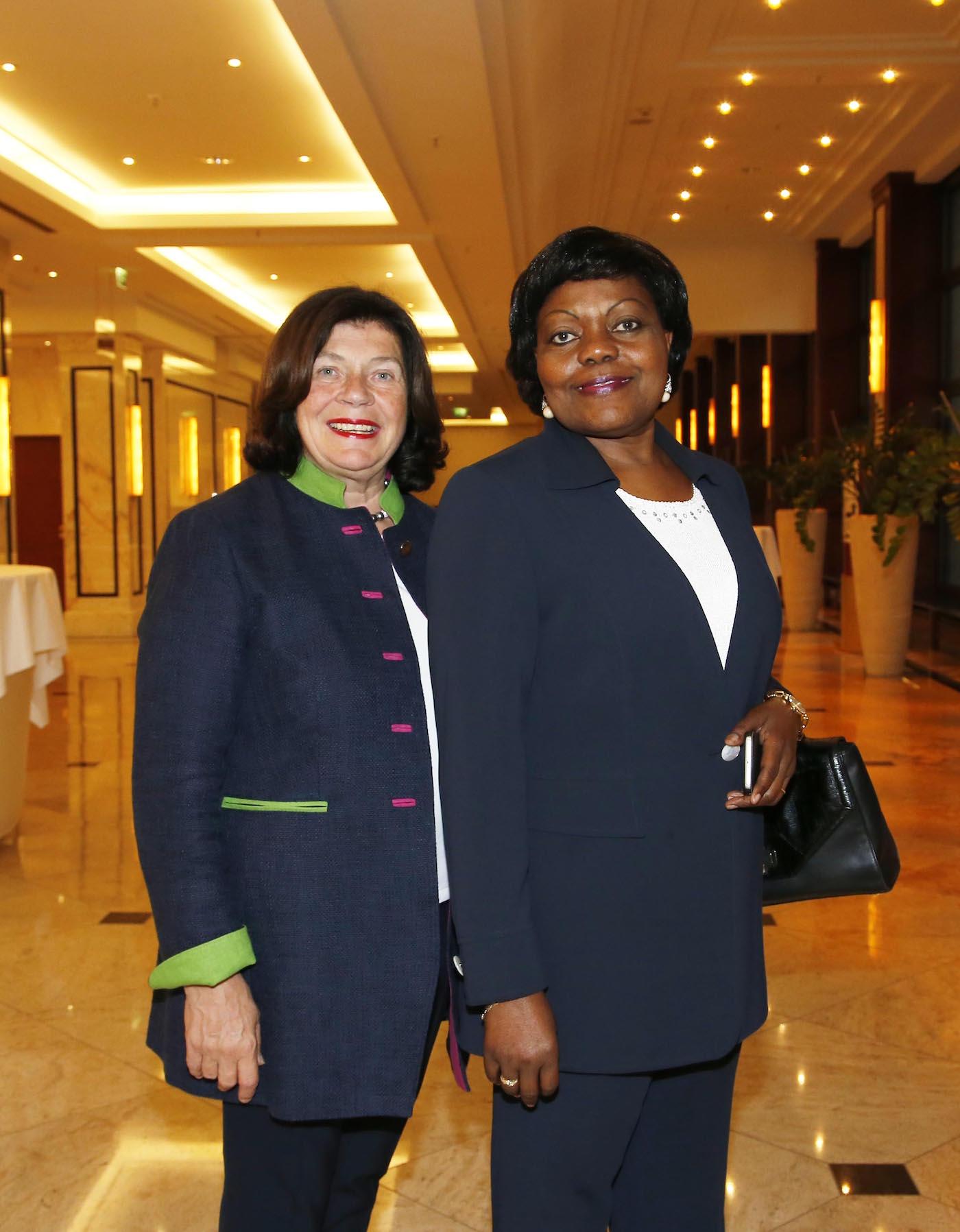 Edeltraut Toepfer (Vizepräsidentin Ambassadors Club), I.E. Clementine Shakembo Kamanga (Botschafterin DR Kongo) bei der Ambassadors Club Veranstaltung -Women for Peace- im MARITIM Hotel berlin.