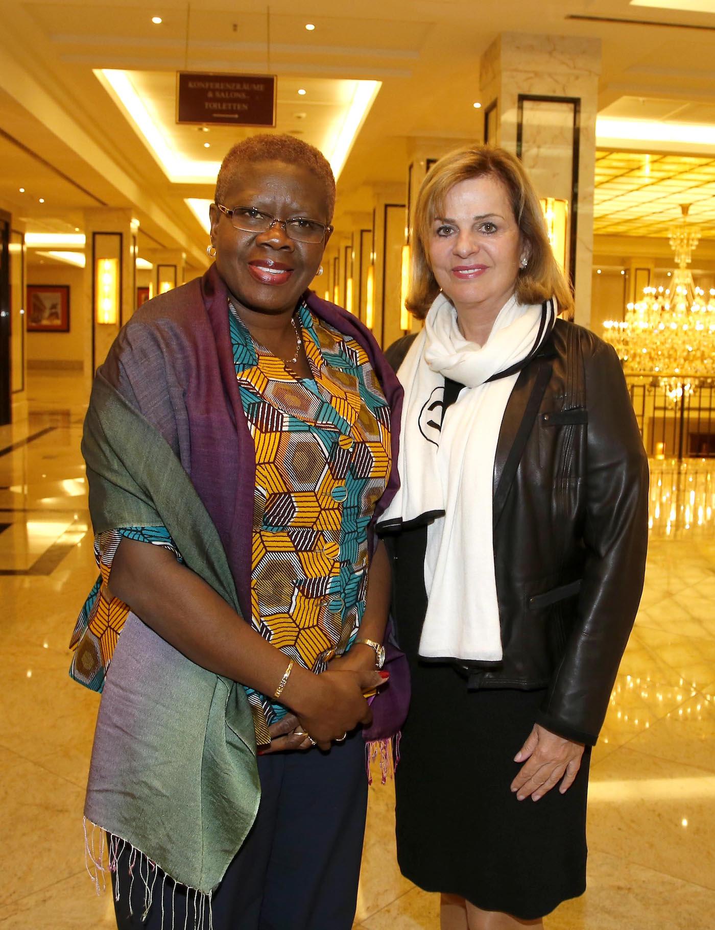 I.E. Akua Sena Dansua (Botschafterin Ghana), Dr. Inge Groth-Fromm beim bei der Ambassadors Club Veranstaltung -Women for Peace- im MARITIM Hotel berlin.