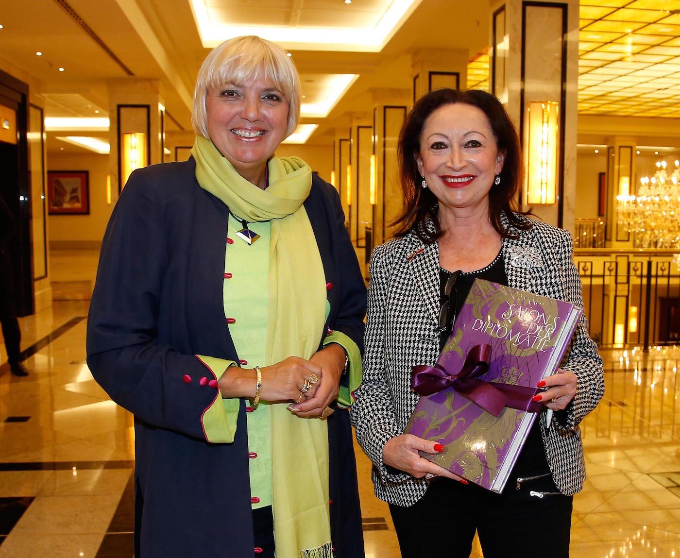Claudia Roth Vizepräsidentin Deutscher Bundestag), Mania Feilcke-Dierck (Praesidentin Ambassadors Club) beim bei der Ambassadors Club Veranstaltung -Women for Peace- im MARITIM Hotel berlin.